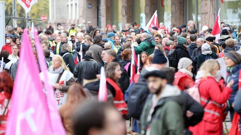 teilnehmerinnen-und-teilnehmer-stehen-bei-einer-kundgebung-im-rahmen-eines-warnstreiks-foto-bodo-marksdpa