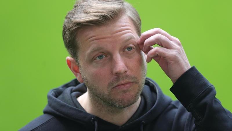 trainer-florian-kohfeldt-gibt-vor-spielbeginn-ein-statement-ab-foto-friedemann-vogelepa-pooldpaarchivbild