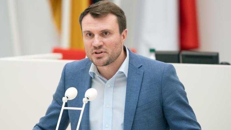 daniel-keller-parlamentarischer-geschaftsfuhrer-der-spd-spricht-wahrend-einer-landtagssitzung-foto-soeren-stachedpa-zentralbildzbarchivbild