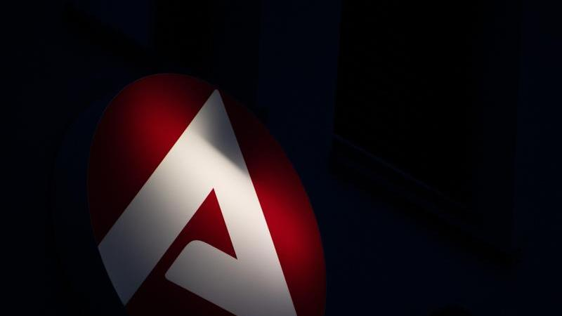 das-logo-der-bundesagentur-fur-arbeit-leuchtet-foto-sebastian-gollnowdpasymbolbild