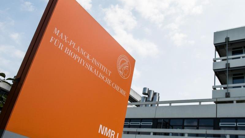 max-planck-institut-fur-biophysikalische-chemie-steht-auf-einer-stele-am-institut-foto-swen-pfortnerdpaarchivbild