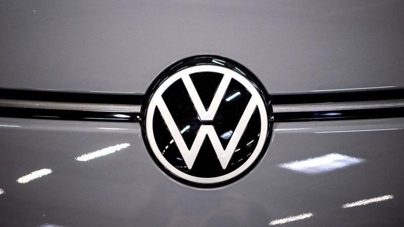 das-logo-von-volkswagen-an-einem-elektroauto-foto-sina-schuldtdpasymbolbild