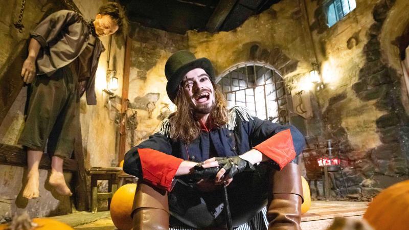 ein-gruselig-geschminkter-schauspieler-ist-zur-halloween-sonder-show-im-hamburg-dungeon-zu-sehen-foto-christian-charisiusdpa