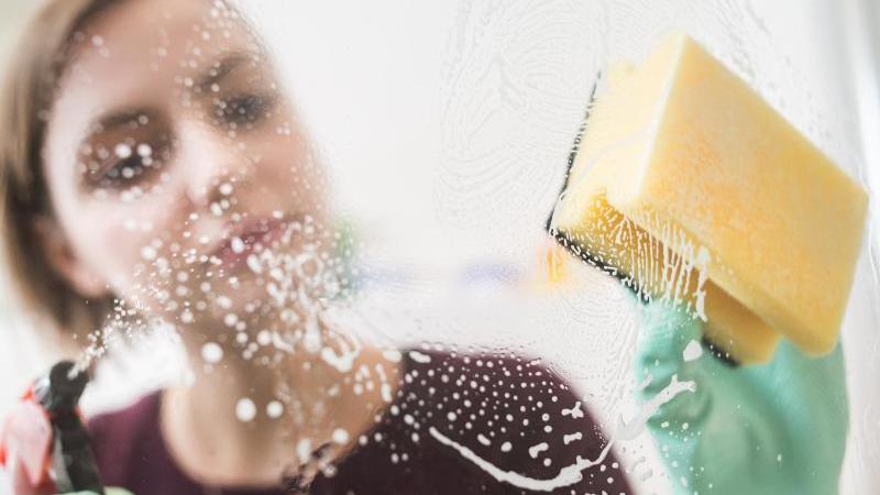 weniger-reinigungsmittel-reicht-oft-schon-aus-um-schmutz-zu-entfernen-foto-franziska-gabbertdpa-tmn
