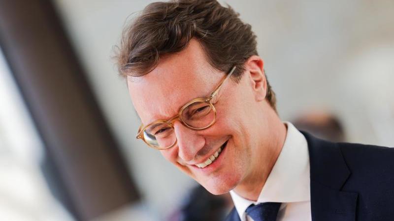 hendrik-wust-cdu-neuer-ministerprasident-von-nordrhein-westfalen-lachelt-foto-rolf-vennenbernddpa