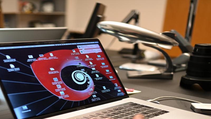 ein-mann-arbeitet-zuhause-an-einem-laptop-im-homeoffice-foto-felix-kastledpasymbolbild