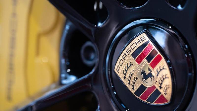 das-logo-des-autobauers-porsche-ist-auf-einer-felge-im-porsche-zentrum-stuttgart-zu-sehen-foto-sebastian-gollnowdpaarchivbild