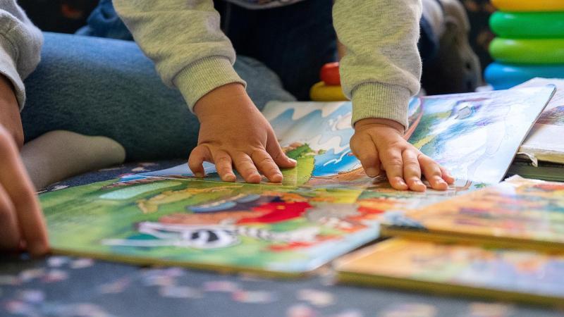 einem-kind-wird-vorgelesen-foto-sebastian-gollnowdpaillustration