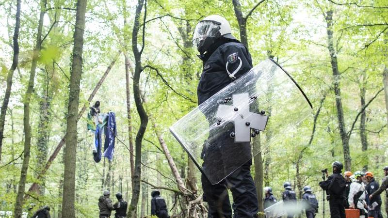 polizisten-stehen-2018-vor-einer-barrikade-in-der-sich-eine-aktivistin-festgebunden-hat-foto-marcel-kuschdpaarchiv