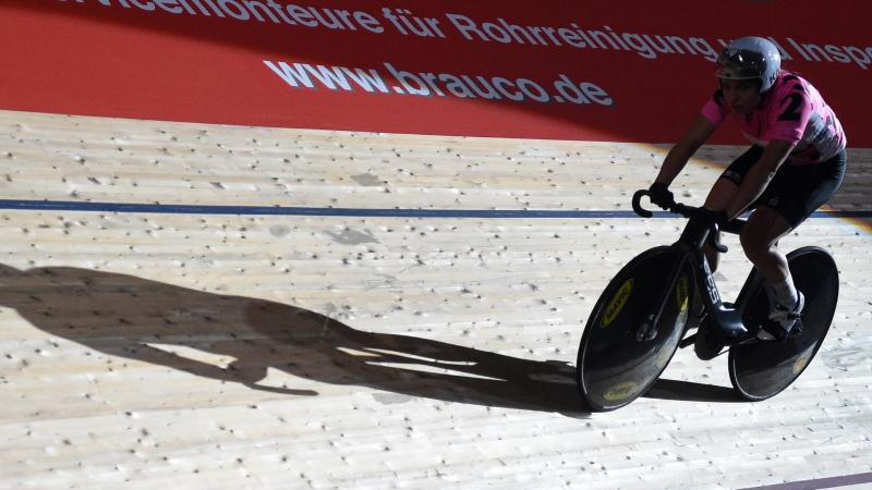 eine-bahnradsportlerin-fahrt-auf-der-bahn-beim-sechstagerennen-im-velodrom-foto-jordan-razadpaarchiv