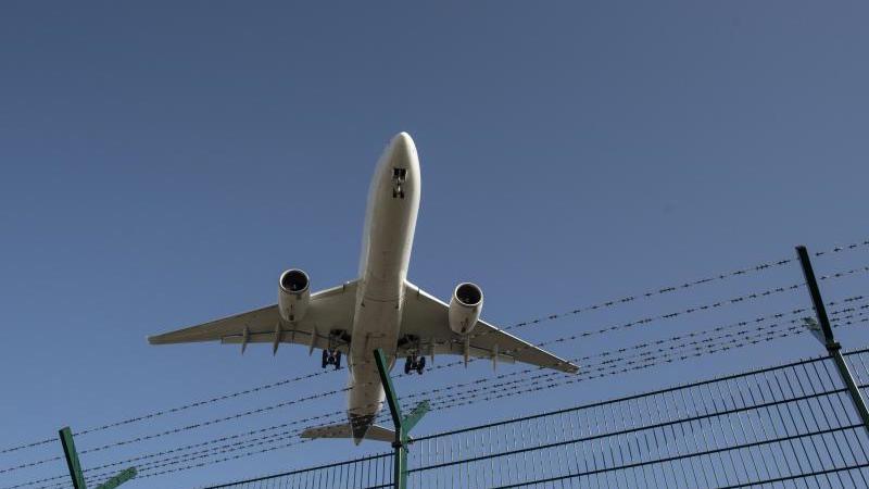 ein-flugzeug-bei-der-landung-foto-boris-roesslerdpasymbolbild