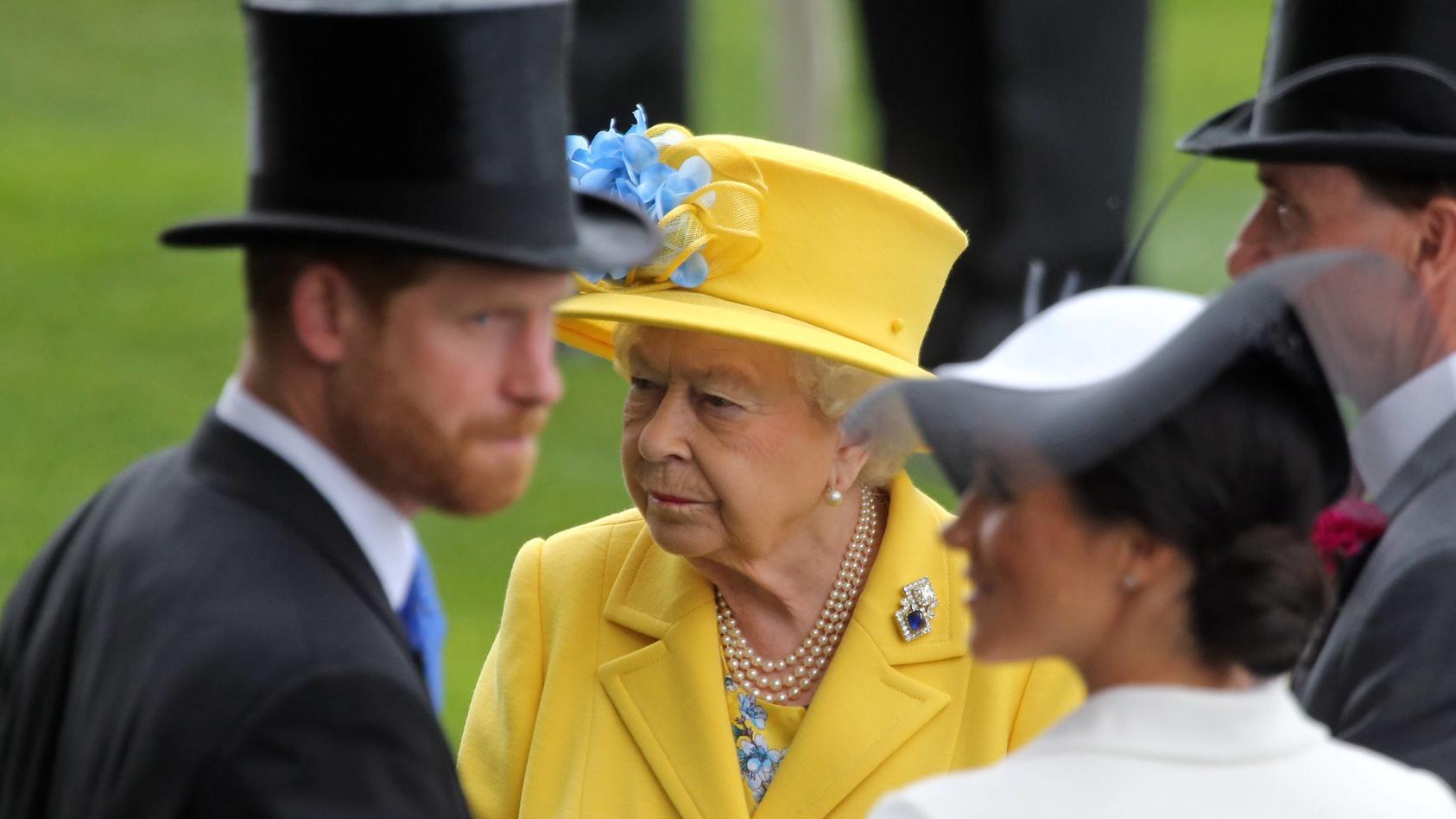 """Die Queen im Krankenhaus - Prinz Harry geriet in """"Panik"""""""