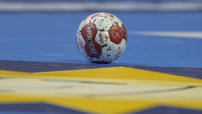 ein-spielball-liegt-auf-einem-handballfeld-foto-soeren-stachedpa-zentralbilddpasymbolbild