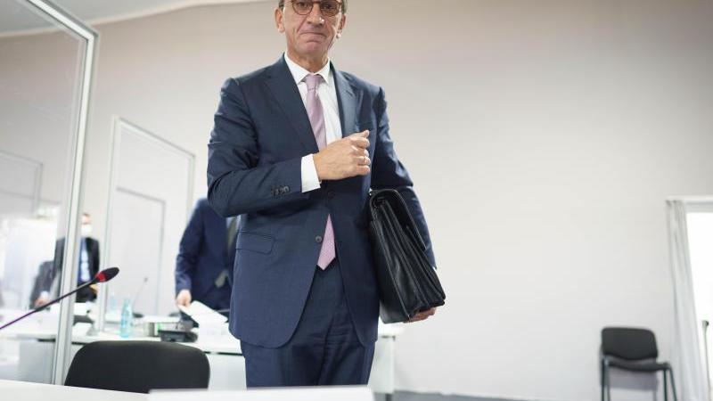 der-hessische-finanzminister-michael-boddenberg-verlasst-den-saal-des-gerichts-foto-frank-rumpenhorstdpaarchivbild