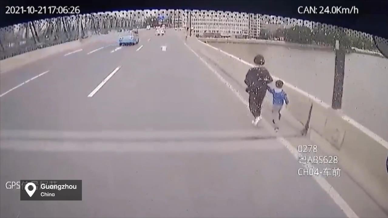 vor-suizid-auf-einer-brucke-busfahrer-rettet-frau-und-ihr-kind