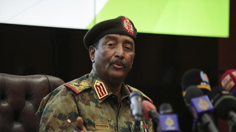 general-abdel-fattah-al-burhan-hochster-militarvertreter-im-sudan-spricht-wahrend-einer-pressekonferenz-im-generalkommando-der-streitkrafte-in-khartum-foto-marwan-aliapdpa