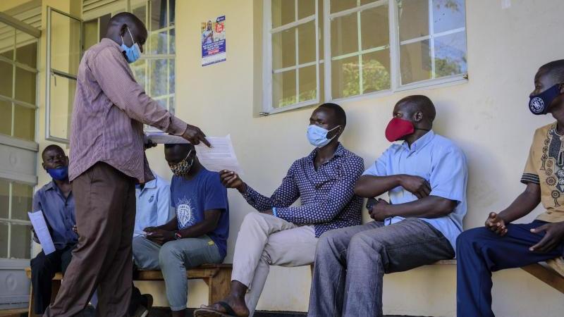 menschen-in-gulu-in-uganda-warten-darauf-im-aywee-gesundheitszentrum-gegen-das-coronavirus-geimpft-zu-werden-archivbild-foto-nicholas-bamulanzekiapdpa