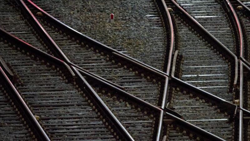 gleise-sind-zu-sehen-foto-hendrik-schmidtzbdpasymbolbild