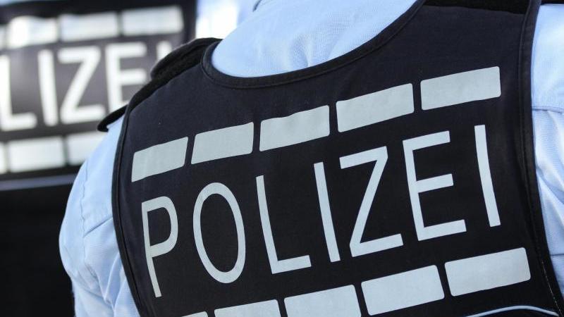 in-polizei-westen-gekleidete-polizisten-foto-silas-steindpasymbolbild