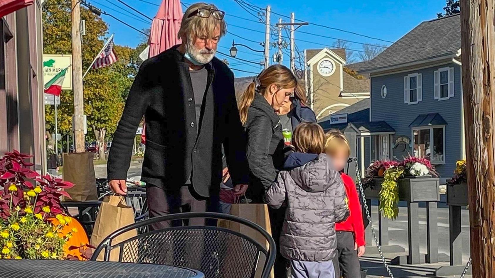 Neues Bild aufgetaucht - Nach Todesschuss: Alec Baldwins Familie gibt ihm Halt