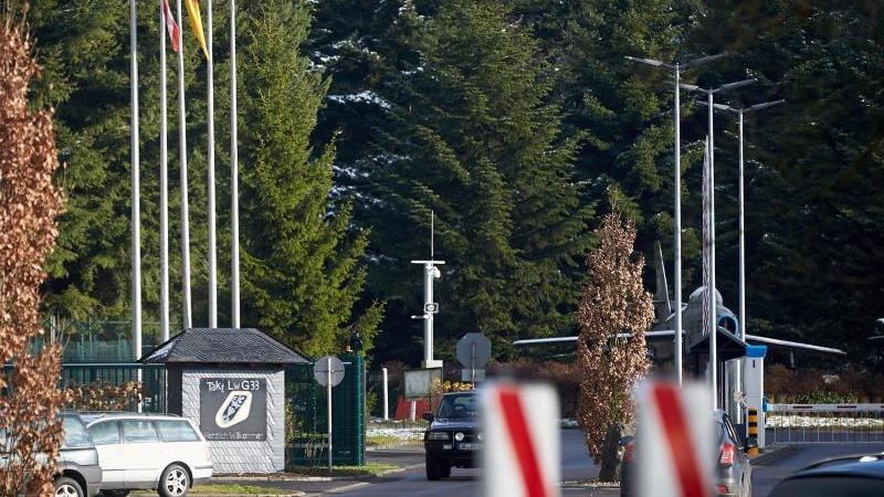 die-us-flagge-weht-vor-dem-haupteingang-des-bundeswehr-fliegerhorsts-in-buchel-rheinland-pfalz-archivbild-foto-thomas-freydpa