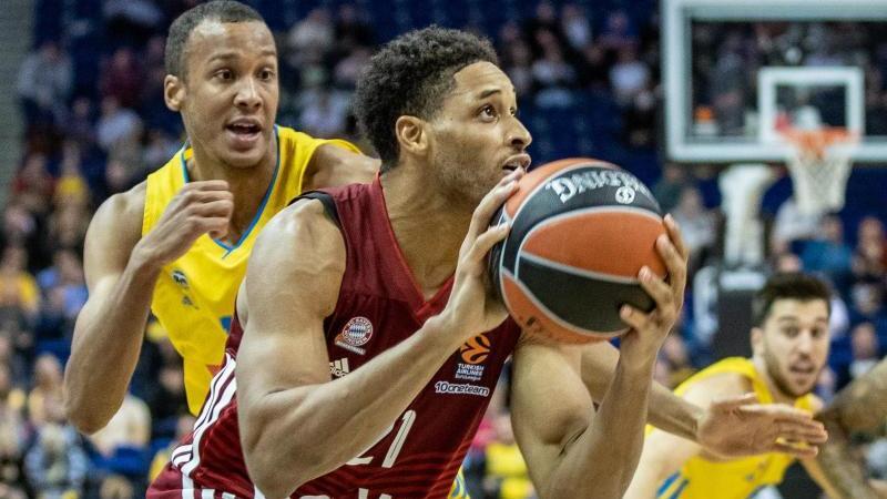 augustine-rubit-setzte-sich-mit-bayerns-basketballern-gegen-alba-berlin-mit-louis-olinde-l-durch-foto-andreas-goradpa