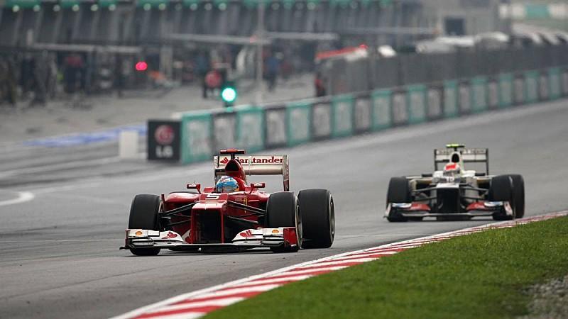 Fernando Alonso, Ferrari, vor Sergio Perez, Sauber