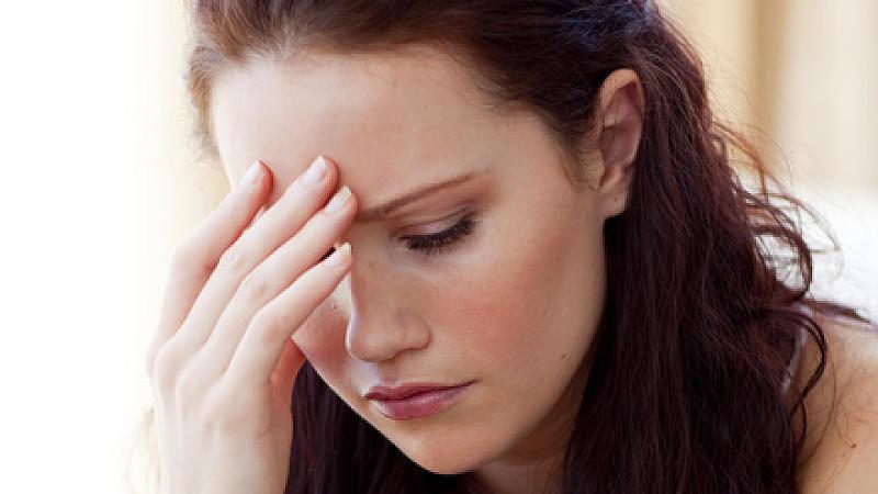 Beziehung verlassen: Frau schaut traurig auf den Boden