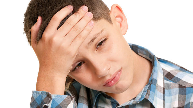 Scharlach beginnt mit plötzlichen Halsschmerzen, Schluckbeschwerden, Schüttelfrost und Kopf- und Gliederschmerzen.