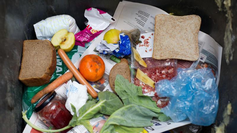 Viele Erzeugnisse landen heutzutage unverbraucht im Müll.