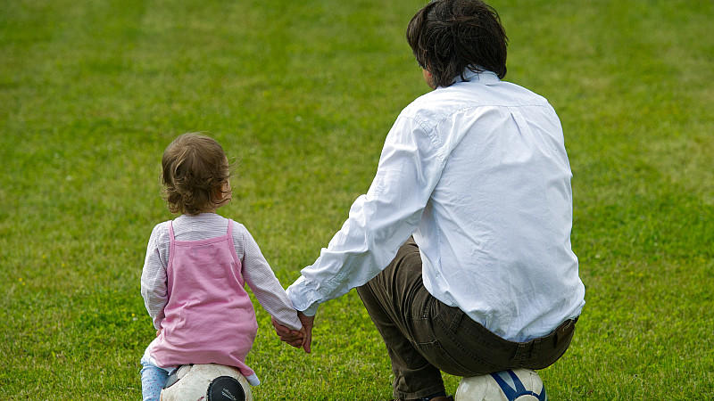 Laut einer Studie besteht für Kinder älterer Väter ein größeres Risiko psychisch zu erkranken.