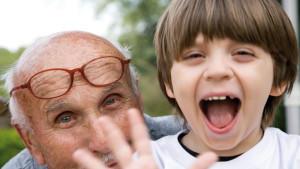 Gönnen Sie Ihren Kindern Zeit mit den Großeltern, die Kleinen genießen das.