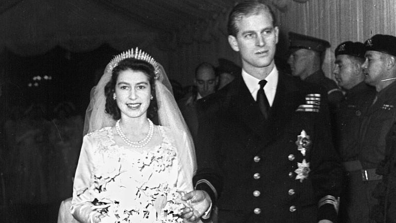 ARCHIV- Die damalige Prinzessin Elizabeth und ihr Mann Philip Mountbatten verlassen nach ihrer Trauung am 20.11.1947 Westminster Abbey in London kurz nach ihrer Trauung am 20.11.1947. Das Paar feiert am 20.11.2012 seinen 65. Hochzeitstag. Foto:dpa