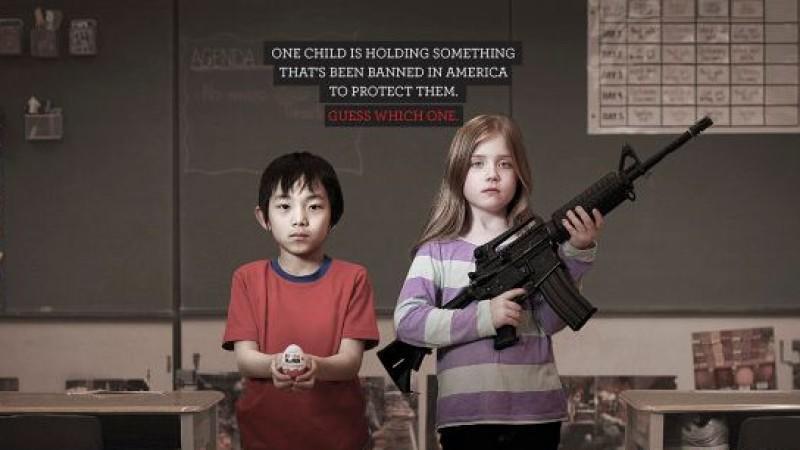 Überraschungseier oder Schusswaffen? Was wurde in den USA zum Schutz von Kindern verboten? Das ist die Frage, die in einer Anti-Waffen-Kampagne gestellt wird.