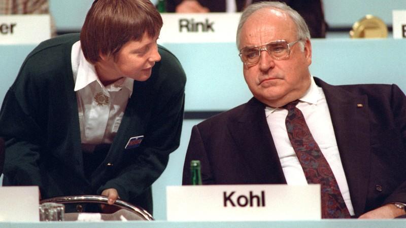 Bundesfrauenministerin Angela Merkel beugt sich am 16.12.1991 während des CDU-Parteitags in Dresden zu ihrem Mentor, Bundeskanzler Kohl, herab. Die Diplom-Physikerin, heute Generalsekretärin der Christdemokraten, wird auf dem CDU-Parteitag vom 9. bis