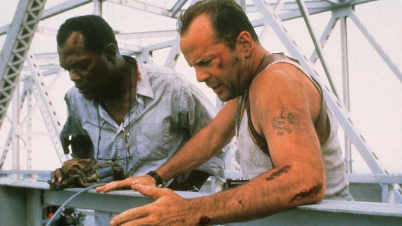 Das ungleiche Gespann John McClane (Bruce Willis, r.) und Zeus Carver (Samuel L. Jackson) wird mit telefonisch übermittelten Rätselhinweisen von einer Bombe zur nächsten durch New York gejagt...