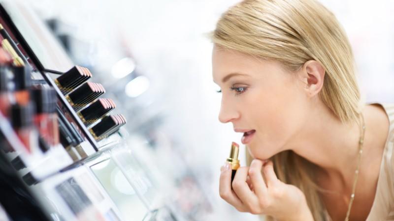 Discounter-Kosmetik kann mit teuren Produkten mithalten, wie 'Öko-Test' beweist.