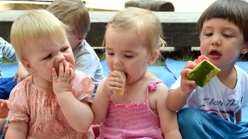 Laut einer Studie wirkt sich die Kita-Gemeinschaft positiv auf die psychische Entwicklung von Kleinkindern aus.