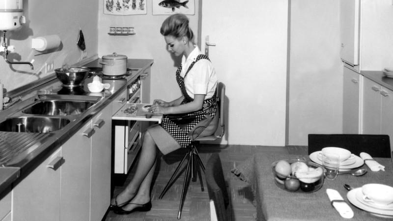 Viel hat sich im Vergleich zu den 60er Jahren hinsichtlich der Hausarbeit offenbar nicht getan: Auch 2013 sind überwiegend die Frauen fürs Kochen und Putzen zuständig.