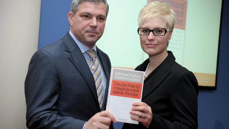 """In ihrem Buch """"Deutschland misshandelt seine Kinder"""" werfen Michael Tsokos und Saskia Guddat dem deutschen Hilfesystem von Jugendämtern bis zur Justiz Versagen vor."""