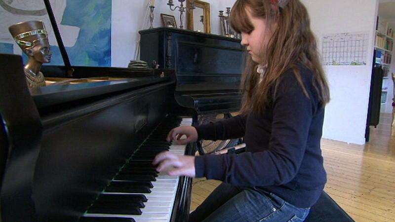 Hochbegabtes Mädchen spielt Klavier