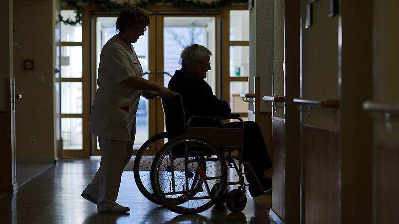 ARCHIV - Ein Bewohner des Katholischen Alten- und Pflegeheimes St. Nikolaus der Caritas Mecklenburg in Parchim (Mecklenburg-Vorpommern) wird am 02.12.2013 mit seinem Rollstuhl zu einer gemeinsamen Adventsfeier geschoben. Der Bundesgerichtshof urteilt