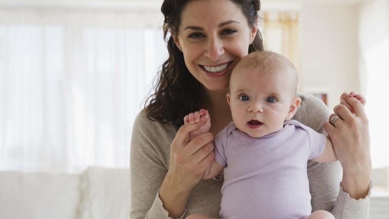 Ab dem 4. Monat kann das Baby bereits den Kopf heben und ihn beim Sitzen gerade halten - das bietet ihnen viele neue Entdeckungs-Möglichkeiten.