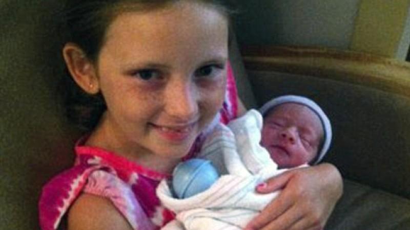 Jazmine mit ihrem kleinen Bruder im Arm