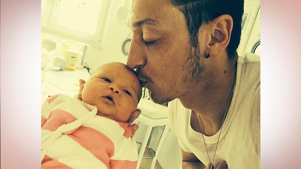Kicker Mesut Özil freut sich über Baby Mira.