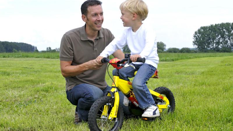 Vater mit Sohn, erstes Fahrrad