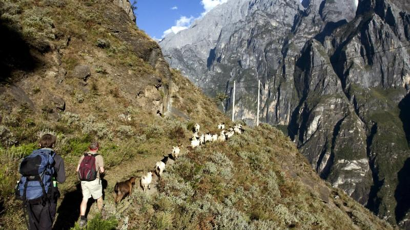 Vor allem beim Wandern in den Bergen sollten Sie auf einen guten Sonnenschutz achten.
