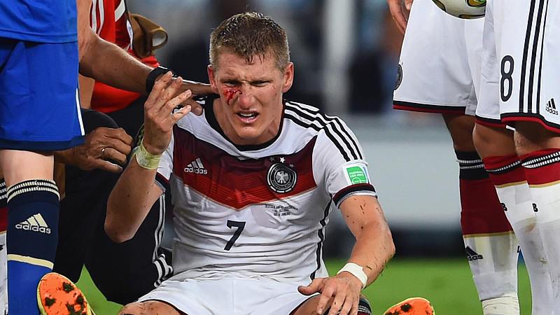Bastian Schweinsteiger blutet nach einem Foul von Sergio Agüero.