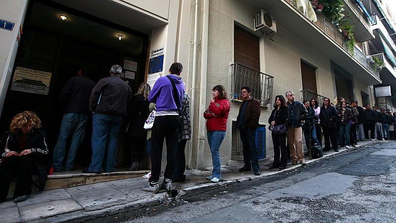 Arbeitslose in Athen - die Kaufkraft sinkt, die Arbeitslosigkeit steigt, das Spardiktat würgt Griechenlands Binnenkonsum ab.