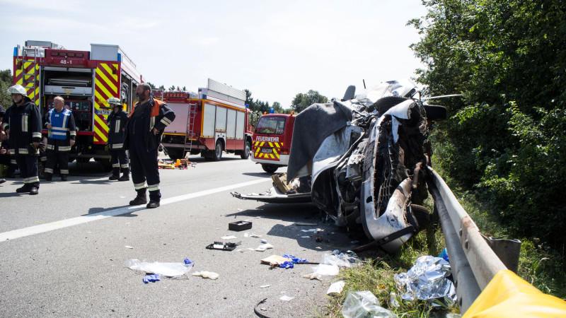 Rettungskräfte an der Unfallstelle auf der A3 zwischen Passau-Süd und Pocking. Bei dem von einem Falschfahrer verursachten Unfall wurden zwei Menschen getötet und vier weitere schwer verletzt.